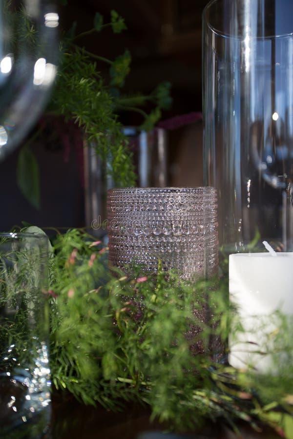 Шикарная таблица установленная с стеклами и свечами стоковое изображение