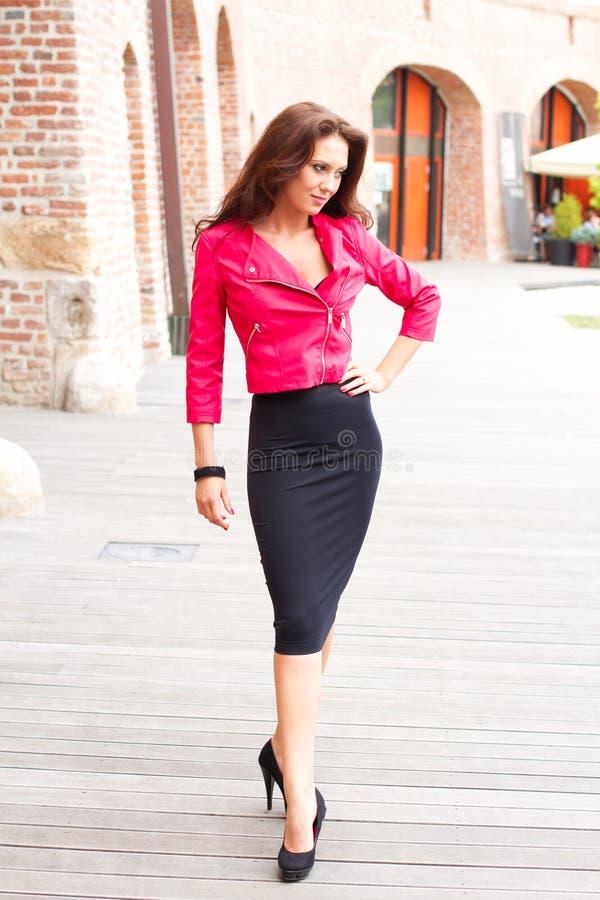 Download шикарная чувственная женщина Стоковое Изображение - изображение насчитывающей улица, ноги: 41658399