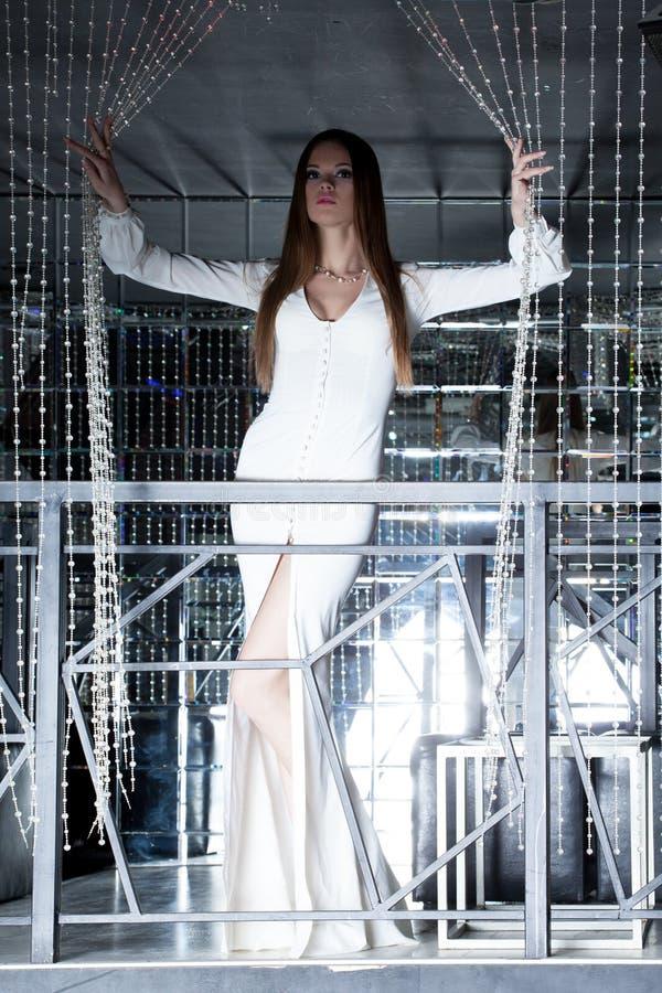 Шикарное брюнет представляя в длиннем платье стоковое фото rf