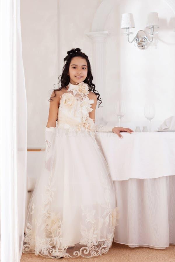 Шикарное маленькое брюнет представляя в умном платье стоковая фотография