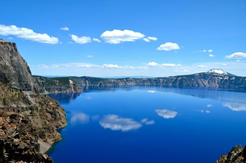 Шикарное озеро на весенний день, Орегон кратер стоковое изображение