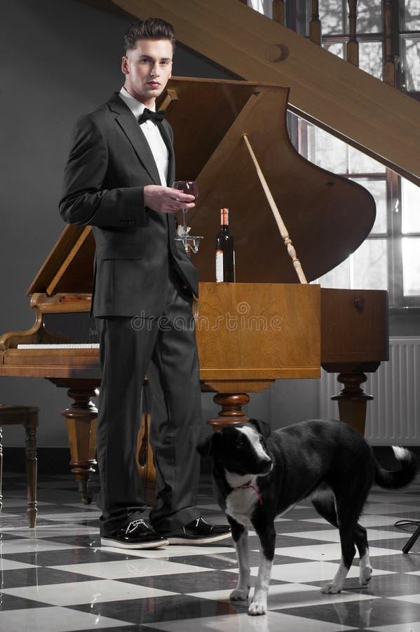 шикарные детеныши рояля человека стоковое фото