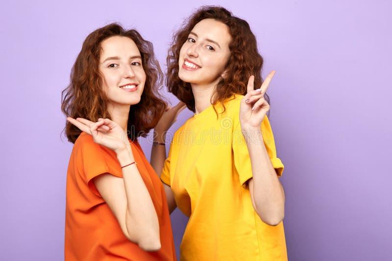 Шикарные женщины брюнета смотря камеру, выражая положительную эмоцию стоковое изображение rf