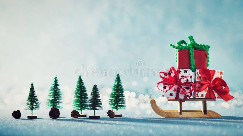 Шикарные подарки на рождество на санях Santas Миниатюрная страна чудес зимы рождества Поздравительная открытка Xmas стоковые фото