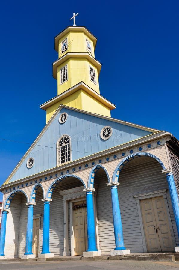 Шикарные покрашенные и деревянные церков, остров Chiloé, Чили стоковая фотография rf