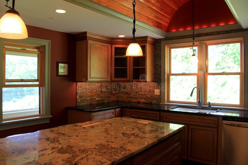 Шикарные примеры мраморных countertops и освещения в конструкции современной кухни стоковое изображение