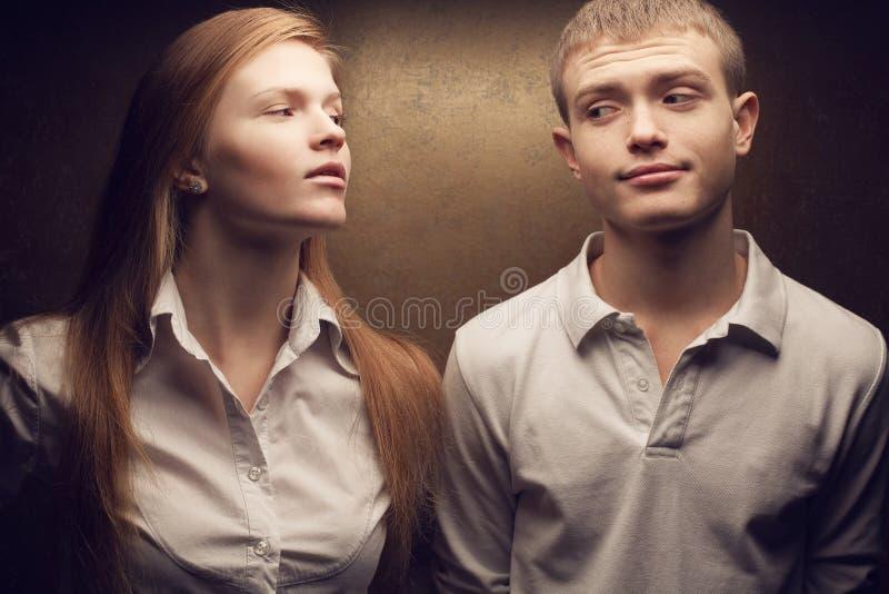 Шикарные рыжеволосые близнецы моды стоковая фотография