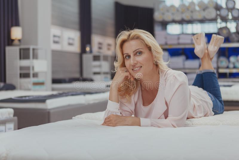 Шикарные элегантные зрелые покупки женщины для новой протезной кровати стоковые фотографии rf