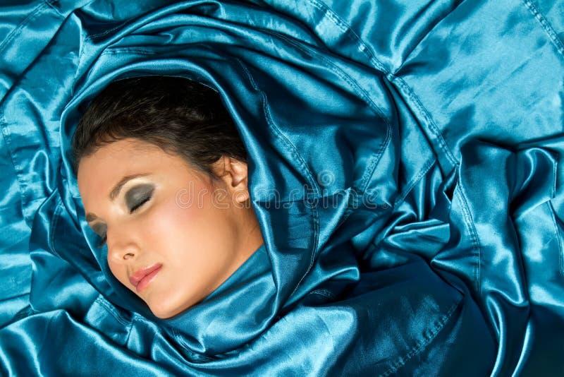 шикарные multiracial детеныши женщины спать стоковое изображение