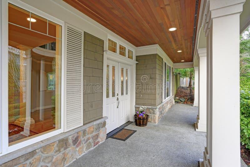 Шикарный большой дом мастера с симпатичным крытым крыльцом стоковые фото
