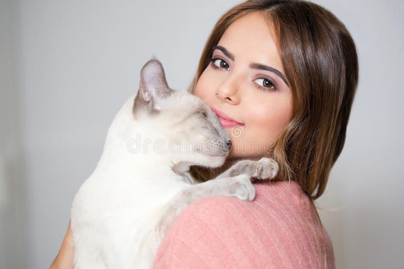 Шикарный брюнет с ее котом стоковые изображения