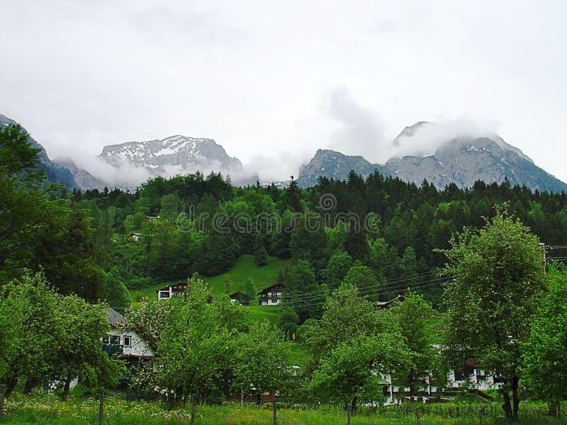 Шикарный взгляд домов в горах Альпов Баварии Германия европа Зеленые деревья и снег na górze гор стоковое изображение