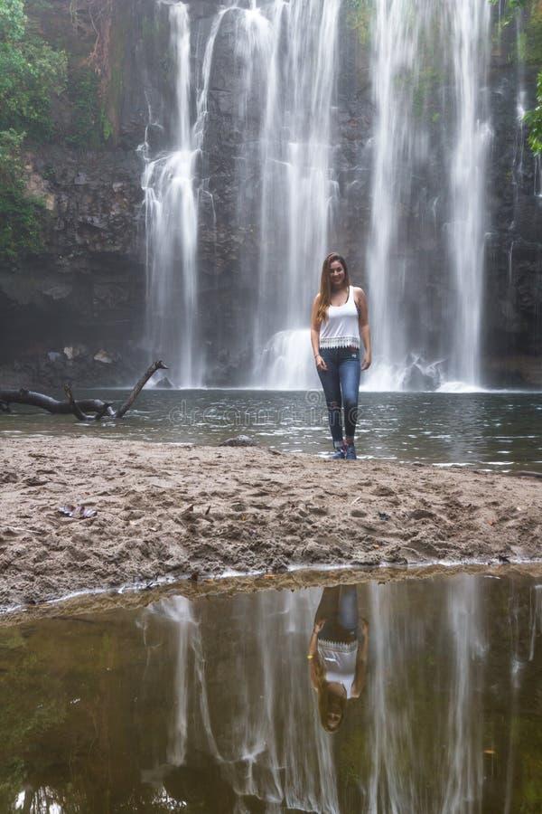 Шикарный водопад в Коста-Рика стоковые фото