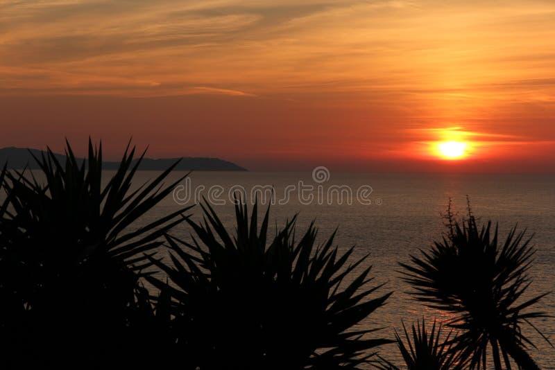 Шикарный заход солнца от скал над пляжем Logas в Корфу стоковое фото rf