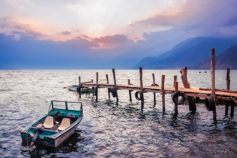 Шикарный заход солнца на озере Atitlan, Гватемале стоковые фотографии rf