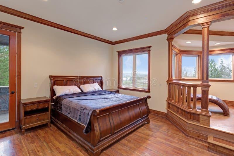 Шикарный интерьер спальни особняка с кроватью саней стоковое изображение rf
