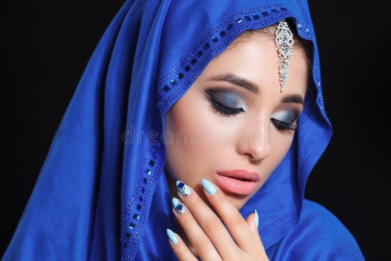 Шикарный молодой восточный портрет стороны женщины в hijab Девушка с яркими бровями, совершенный состав красоты модельная, касаяс стоковые изображения