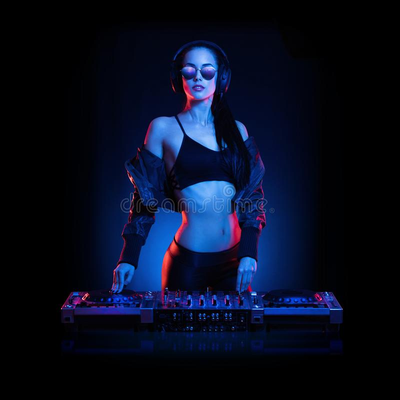 Шикарный молодой женский DJ стоковое фото rf
