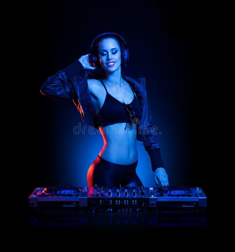 Шикарный молодой женский DJ стоковое изображение