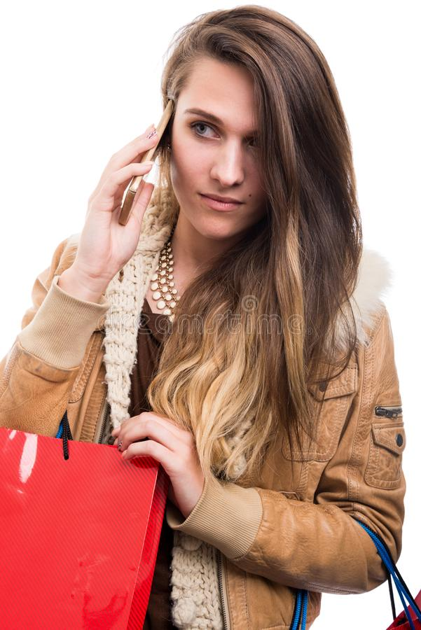 Шикарный молодой покупатель говоря на мобильном телефоне стоковая фотография rf