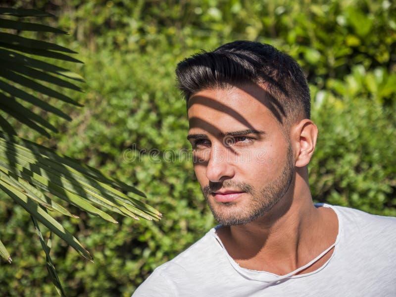 Шикарный молодой человек на саде стоковая фотография rf