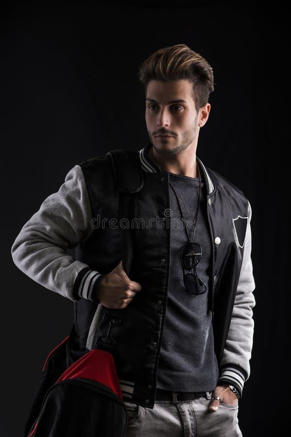Шикарный молодой человек в ультрамодном обмундировании моды стоковая фотография