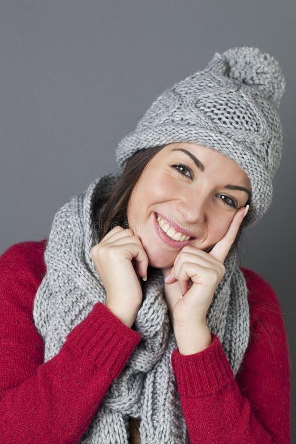 Шикарный подросток смеясь над в думать о приветствиях зимы сезонных стоковое фото rf