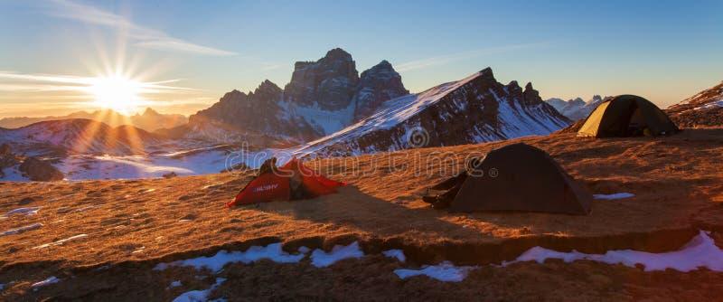 E Шикарный солнечный взгляд снега Альп доломита первого Красочная сцена зимы горной цепи Monte Pelmo r стоковая фотография