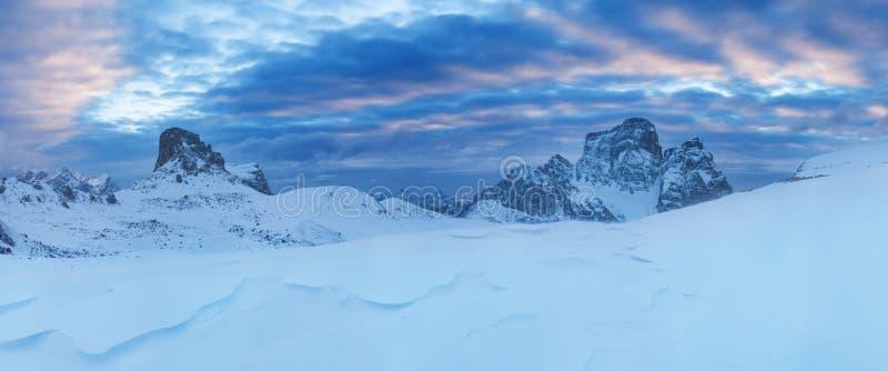 E Шикарный солнечный взгляд снега Альп доломита первого Красочная сцена зимы горной цепи Monte Pelmo r стоковое изображение