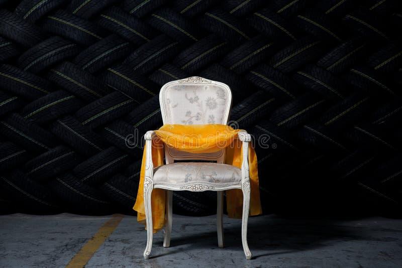Шикарный стул в окружающей среде grunge стоковое фото