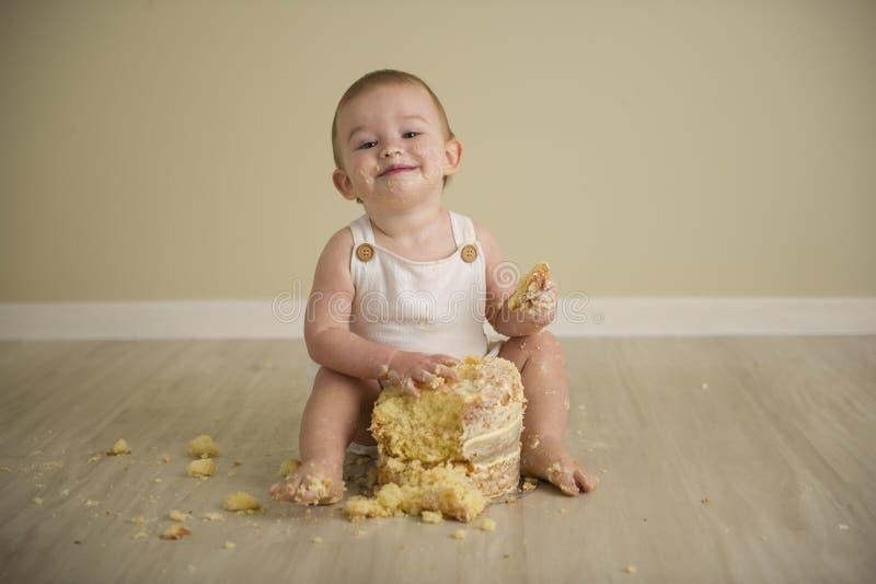 Шикарный счастливый голубой наблюданный ребенок в нейтральных тонах поворачивает одно стоковые изображения rf