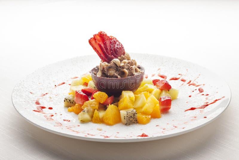Очень вкусный и цветастый славно представленный десерт. стоковые фото