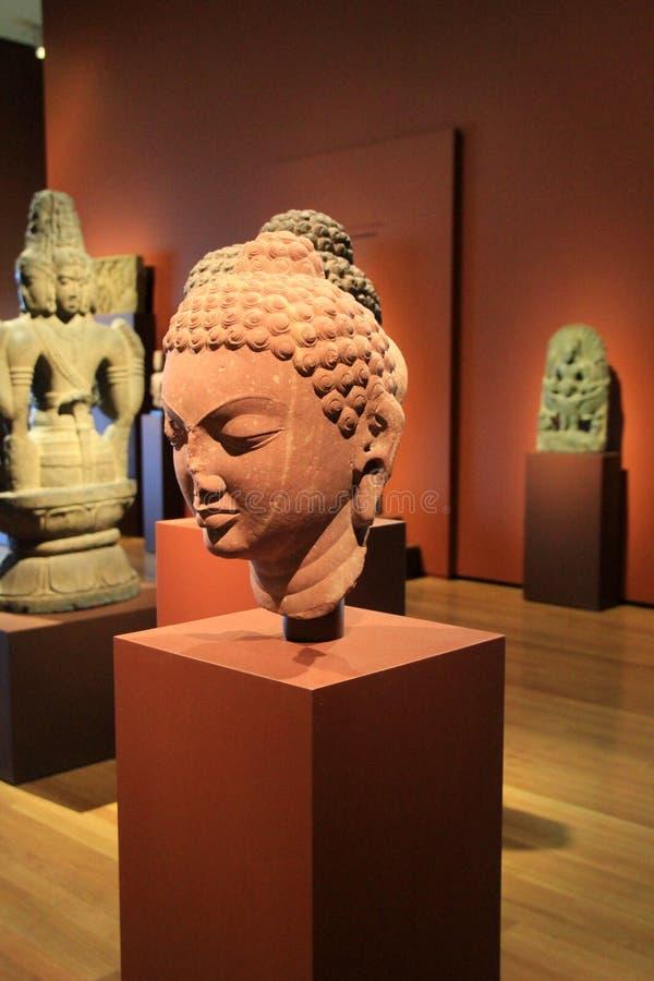 Шикарный экспонат с статуями на выборе стоек, музее изобразительных искусств Кливленда, Огайо, 2016 стоковые фотографии rf