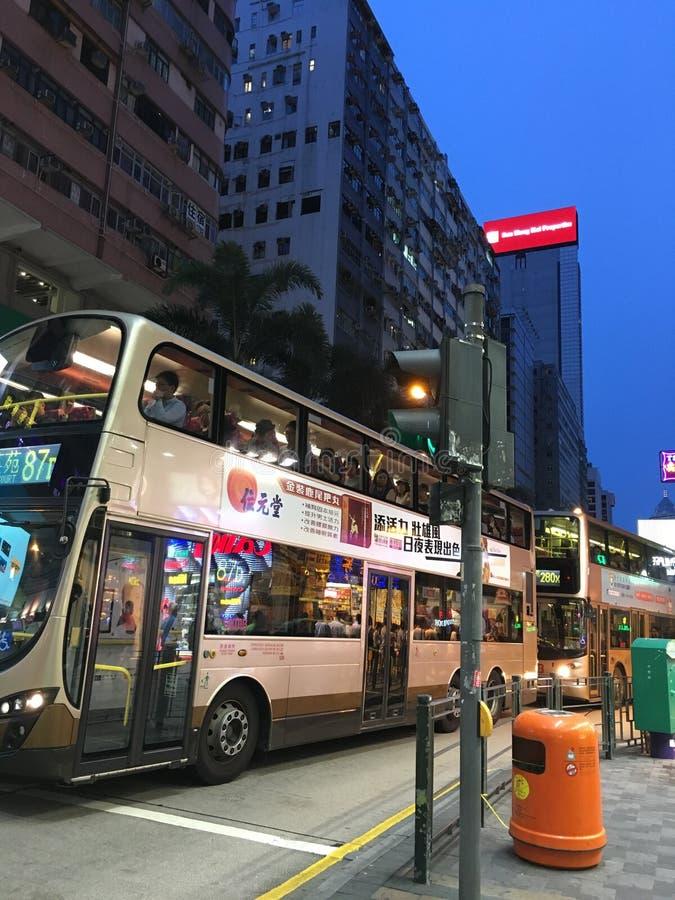 Шина в предпосылке здания Гонконга стоковые изображения rf
