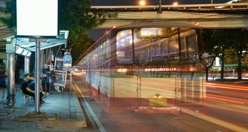 Шина двигая дальше дорогу стоковое изображение rf