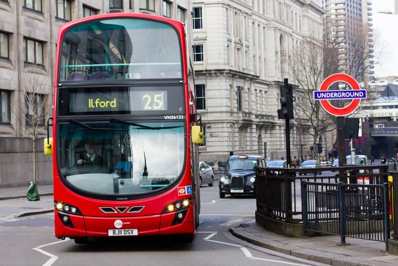 Шина Лондона и подземный знак стоковые фото