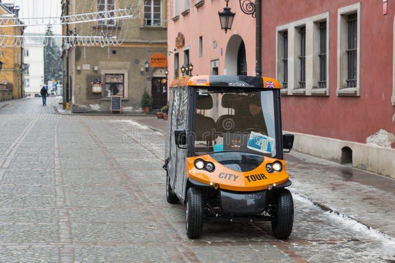 Шина путешествия города электрическая малая в городке Варшавы старом, Польше стоковое изображение rf