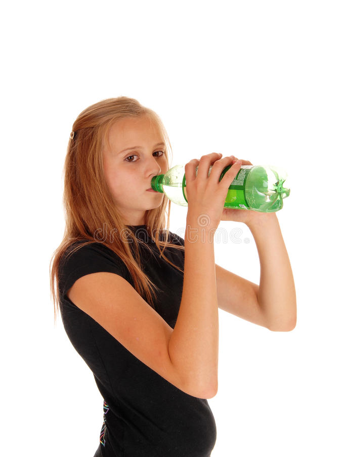 Шипучка девушки выпивая от бутылки стоковое изображение