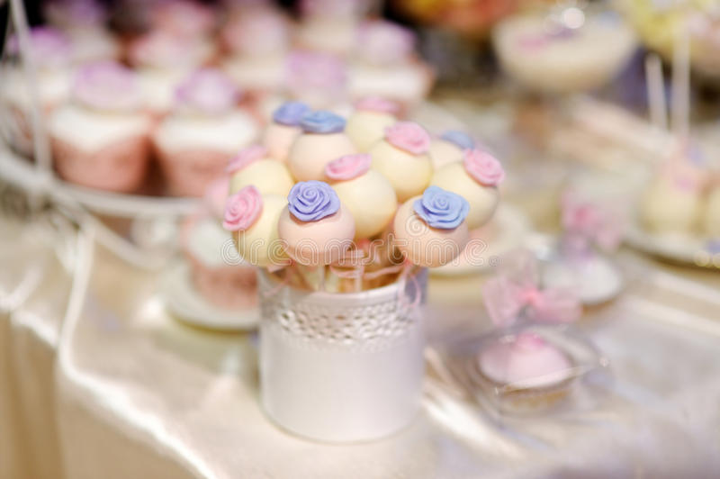 Шипучки свадебного пирога украшенные с цветками сахара стоковые изображения