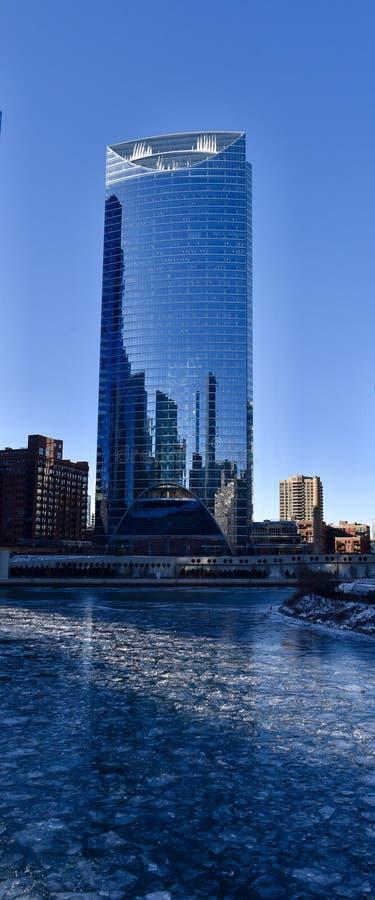 Шипы здания & льда пункта реки стоковое фото