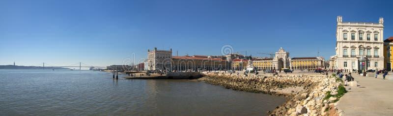Широкая панорама Рекы Tagus и Terreiro делают Paço, Лиссабон стоковые изображения rf