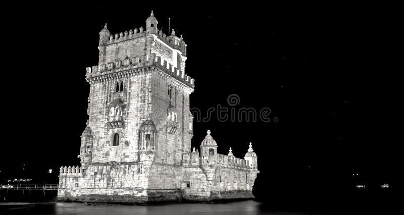 Широкая съемка башни belém в черно-белом с черной предпосылкой стоковые фото