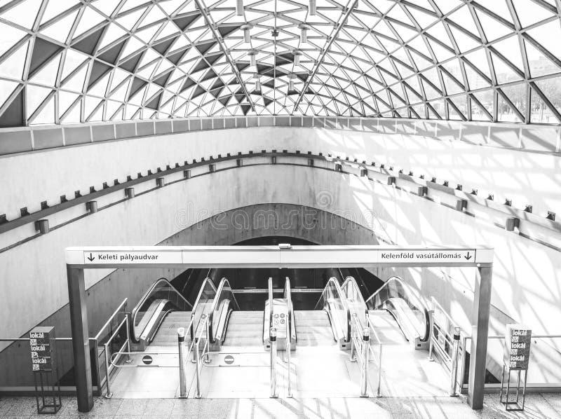 Широкая съемка белой станции метро в городском городе с красивыми стеклянным потолком и архитектурой стоковые изображения