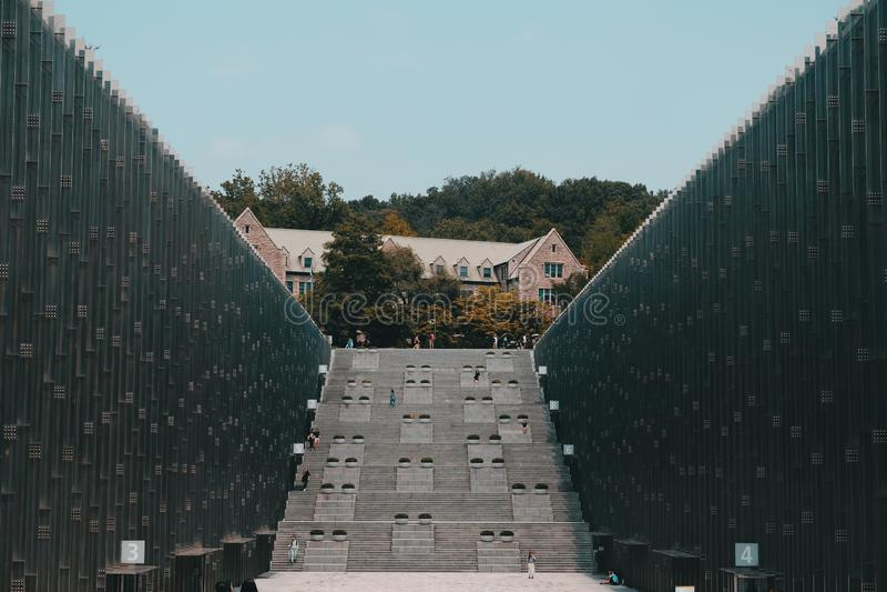 Широкая съемка здания университета современных женщин EWHA в Сеуле, Южной Корее стоковые изображения rf