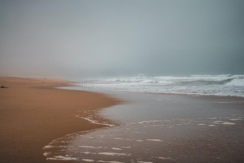 Широкая съемка пляжа с сильными броскими волнами получая более близко стоковые фотографии rf