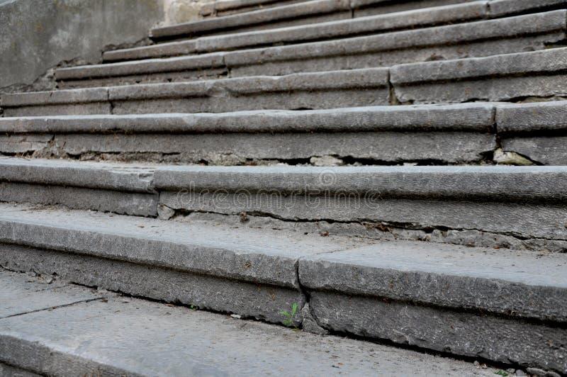 Широкие серые каменные шаги стоковое изображение