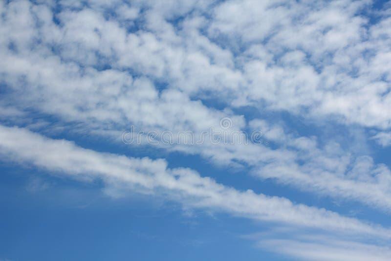 Широкие Billowy облака утра стоковая фотография rf