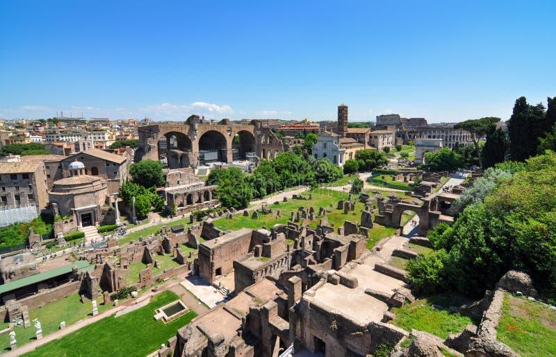 Широкий взгляд исторического римского форума, старый рынок Рима центральный стоковое фото rf