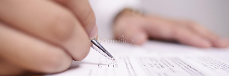 Широкий взгляд контракта подписания бизнесмена стоковое изображение rf