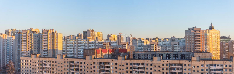 Широкий взгляд панорамы жилых многоэтажных зданий, в вечере на заходе солнца стоковая фотография rf